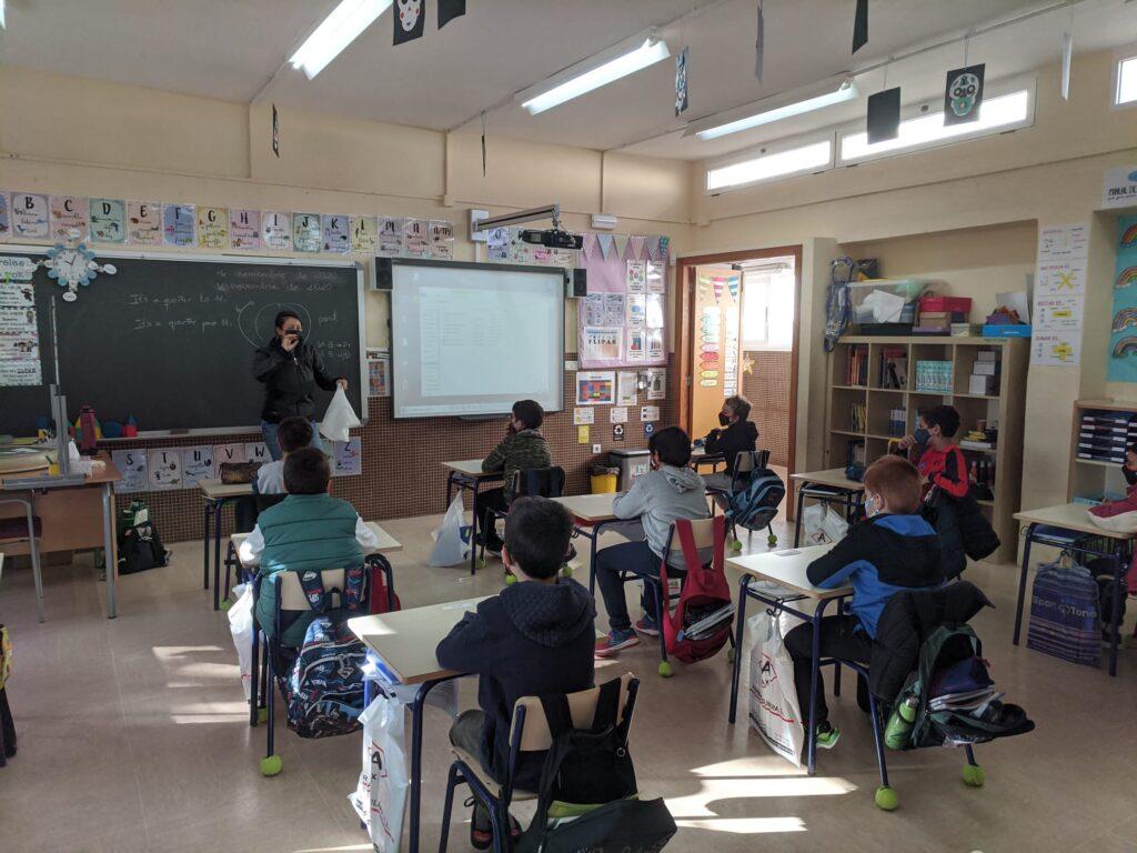 Alunnat reben formació a l'aula sobre compostatge dins del programa CreaCompost (València) ideat i implementat per Vermican
