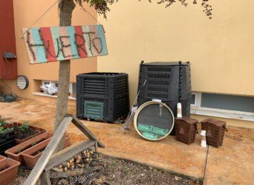 Material para el compostaje junto el huerto de un centro educativo en Alicante en el programa Crea Compost de Vermican