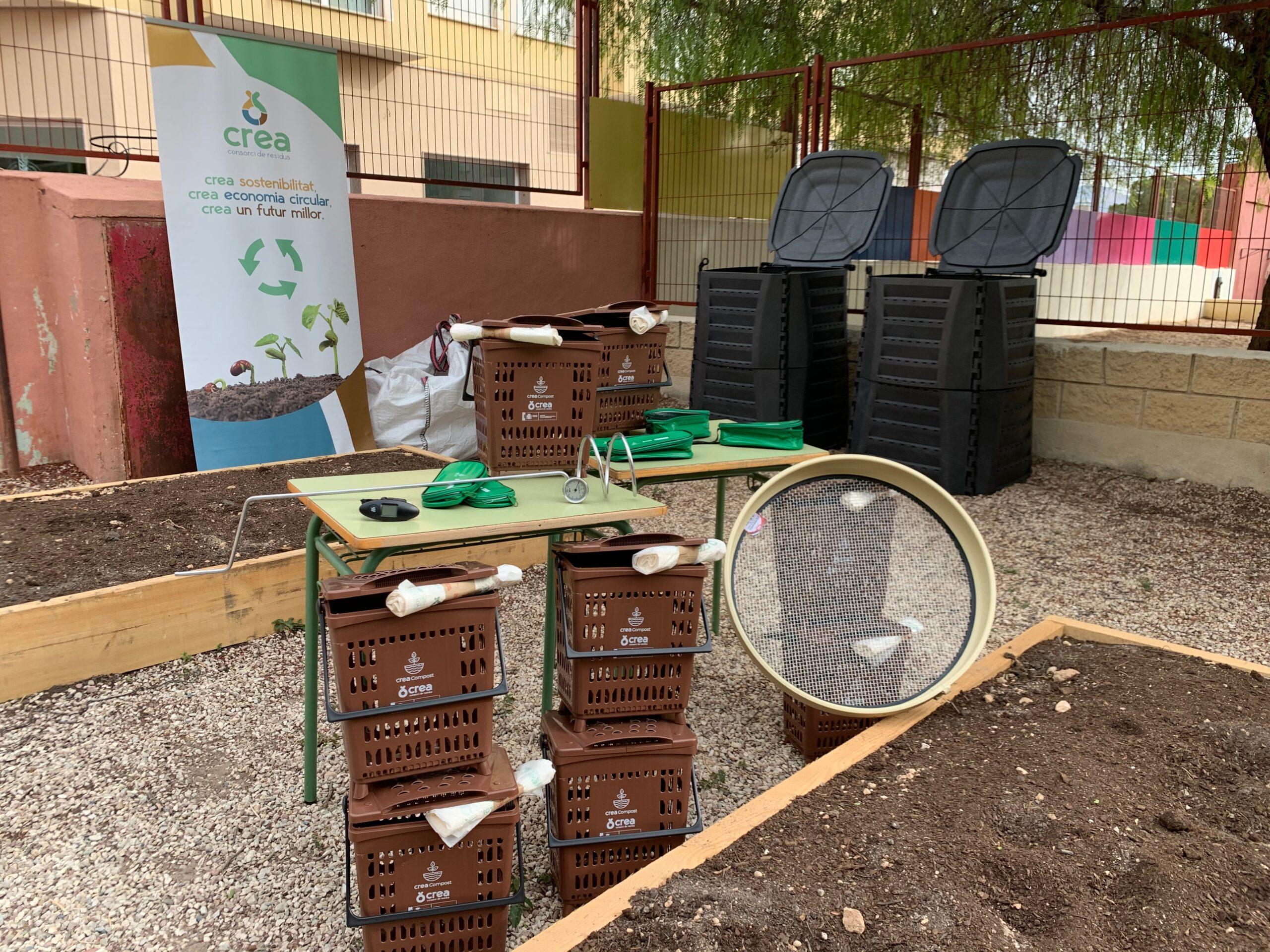 Todo el material necesario para realizar compostaje en los patios de las escuelas e institutos del CreaCompost (Valencia), programa ideado e implementado por Vermican.