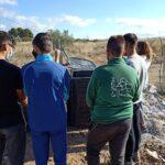 Alumnat d'institut de secundària fent la formació de compostatge al pati de l'institut del programa CreaCompost de València, dissenyat i implementat per Vermican
