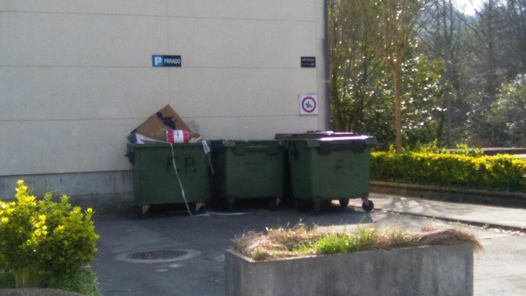tres contenedores en una calle de un Polígono de la Mancomunitat de Debabarrena, Vermican, Campaña de Sensivilización, Estudio de Redimensionamiento