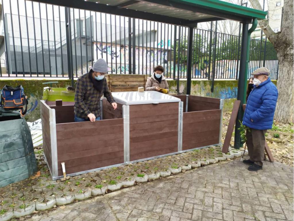 montaje de compostadores de vermican en Hortaleza de Madrid
