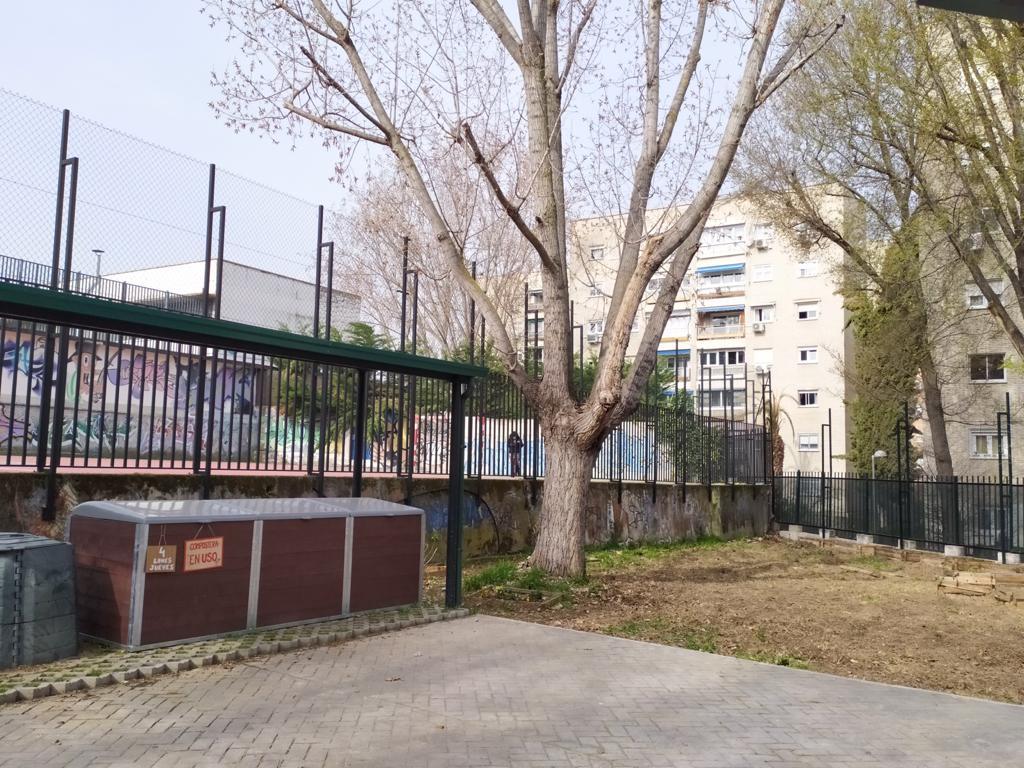 Zona de compostaje comunitario con compostadores de vermican en Hortaleza de Madrid