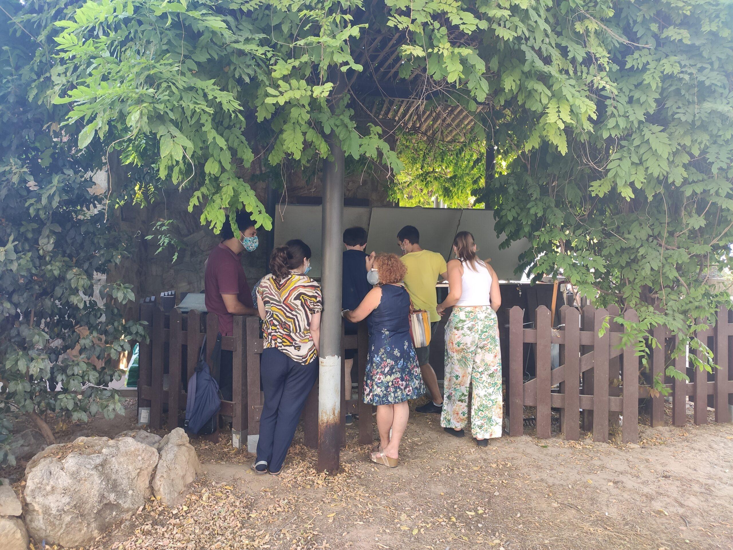 Actividad en zona de compostaje comunitario de Vermican en Viladecans